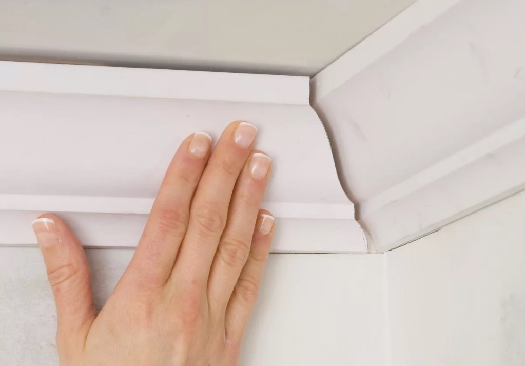 Как выполнить монтаж потолочного плинтуса своими руками